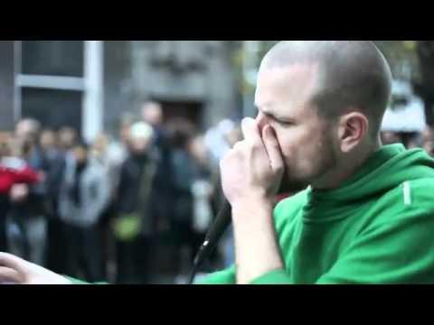 Dave Crowe un musicista di strada straordinario solo con la propria voce