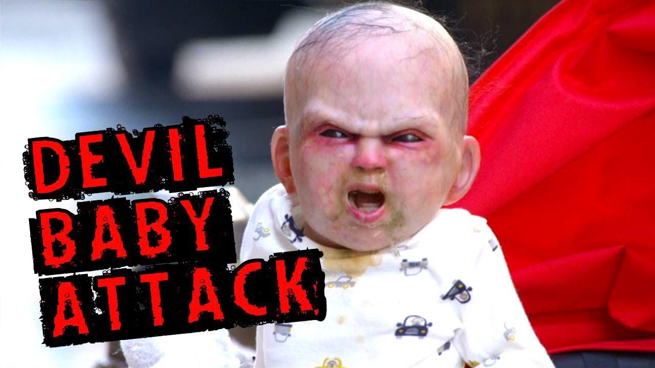 Grande scherzo il Bambino indemoniato terrorizza i passanti